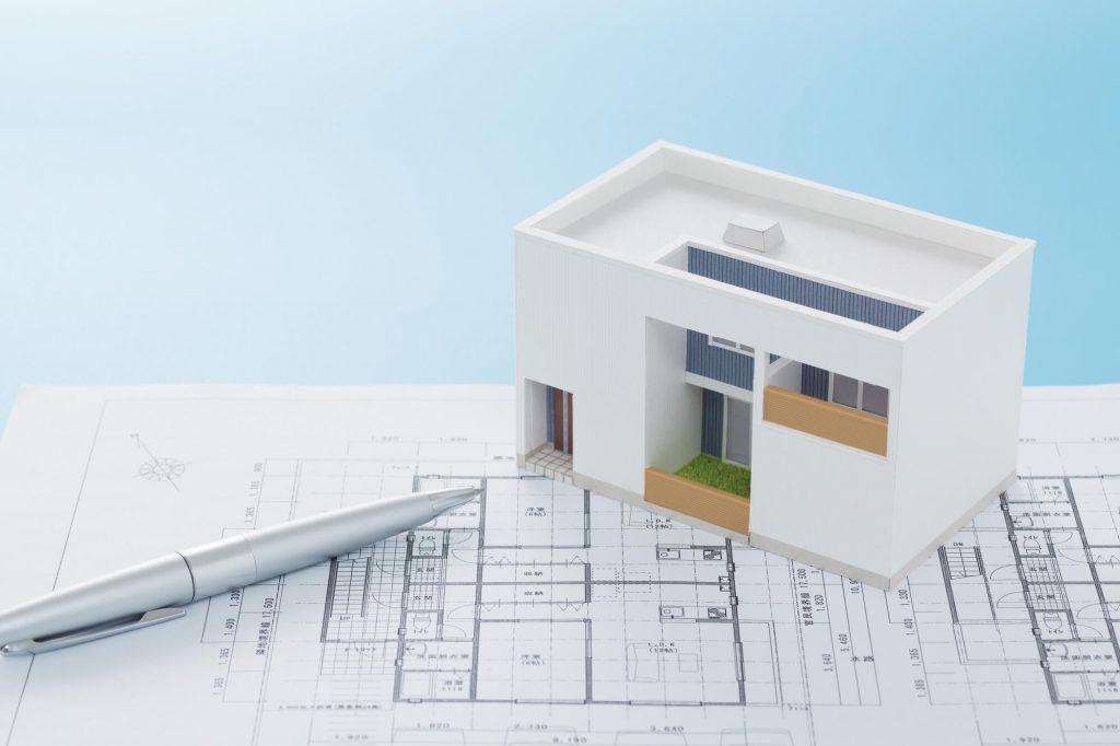住まいの設計図と家の模型