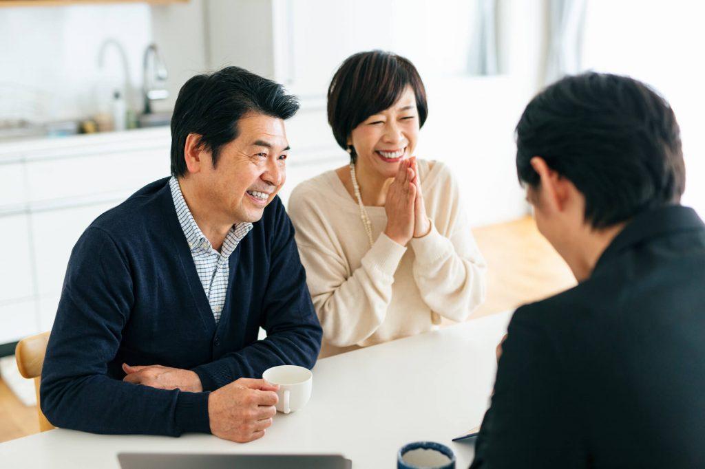 業者と相談する夫婦