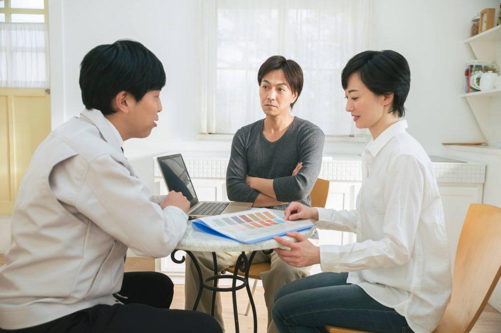 業者に相談する夫婦